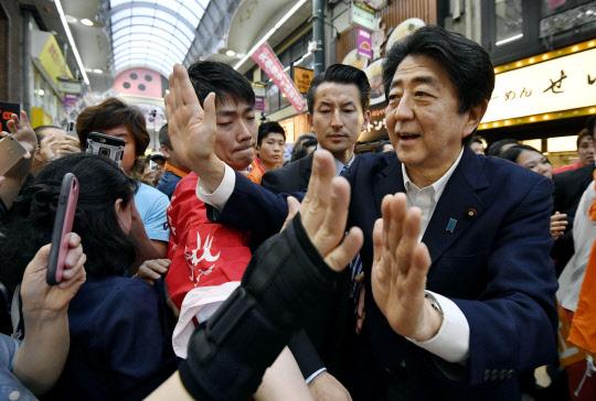 유세장 반대세력 탓에 … 선거연설 일정 안 밝힌 아베